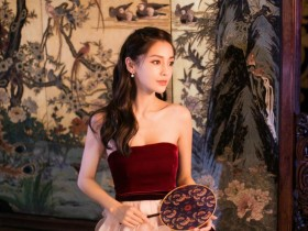 Angelababy五官精致甜美动人抹胸裙展优雅姿态