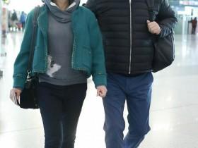 陈凯歌夫妇搂肩对视眼里都是爱,陈红年过半百系发带少女心满满