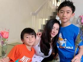 张柏芝为母亲庆生,在采访视频中分享生活日常,夸奖儿子们很帅气