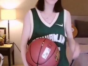 冯提莫惹怒蔡徐坤粉丝,网友这个时候玩篮球