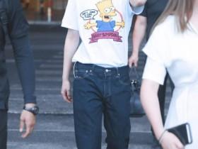 蔡徐坤穿花衬衫,够大胆才敢穿,行走的花衬衫衣架