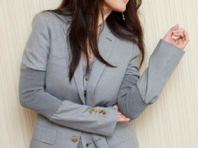 杨钰莹晒写真照,一身灰色西装尽显霸气,自信气质迷人