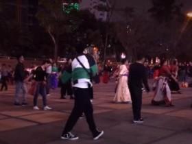 张艺兴跳广场舞 同广场阿姨同场律动