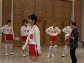 李宇春女排造型 和中国女排合影身姿笔直十分乖巧