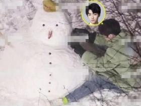 王俊凯堆雪人 化身雪地少年积极的营业
