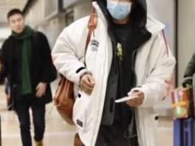 韩庚婚后首现身 口戴出门必备的医用口罩