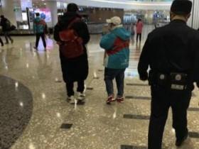 网友偶遇韩红回京 韩红身穿公益服打扮十分低调