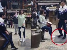 郭京飞王珞丹坐雕塑踩石碑 网友认为这样的行为不太文明