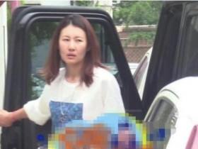 王宝强女友冯清开豪车素颜状态差 面容憔悴很显年纪