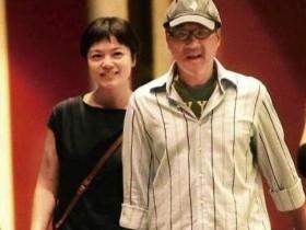 李宗盛与小27岁娇妻逛古董店 夫妻二人十指紧扣