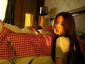 杨超越宅家拍大片 花床单是妈妈的杰作