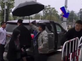 保安认错人给杨迪助理打伞 原来是个美丽的误会