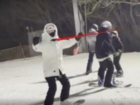 马蓉罕晒儿子近况 与儿子滑雪的视频