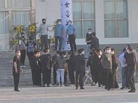 赵本山夫人现身于月仙遗体告别仪式