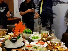 63岁冯巩饭局被人搂腰 下一秒直接推开女方