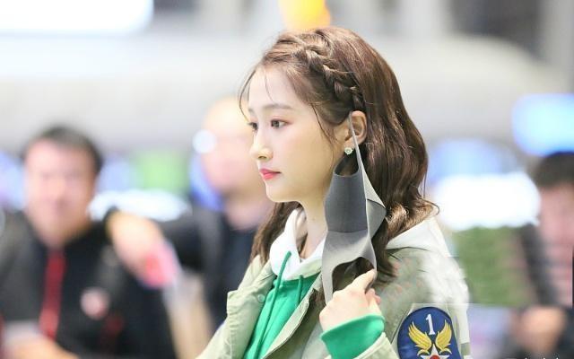 [关晓彤现身机场,摘下口罩时被拍下,真是越来越美了!