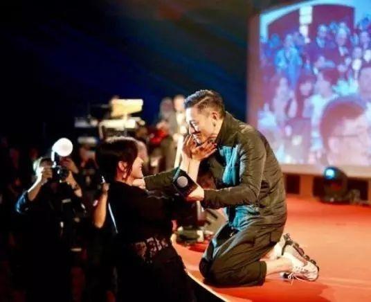 刘德华吧3次下跪照片刷屏感恩,是最贵重的人品