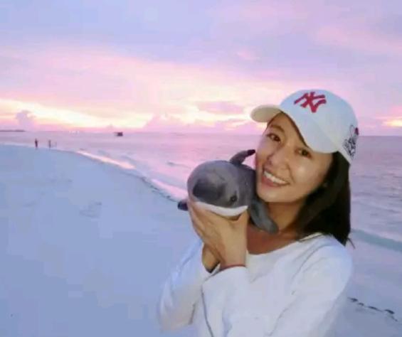 林心如真性情,与小海豚同游马尔代夫晒美照,素颜出镜笑容灿烂