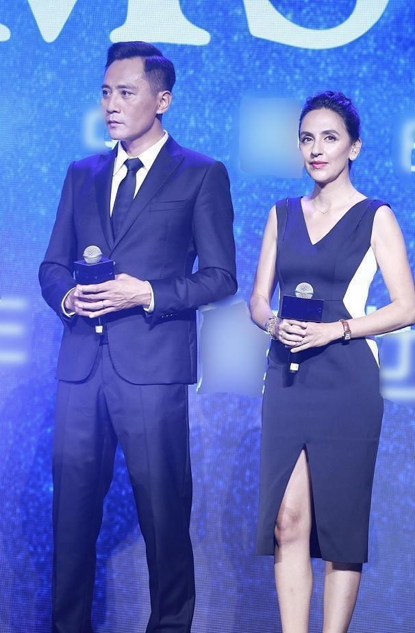 [刘烨和妻子安娜同台大秀恩爱,越来越有夫妻相了