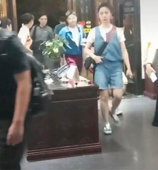 何炅与黄磊夫妇约饭,孙莉素颜现身略显憔悴,背带裤暴露腿粗缺点