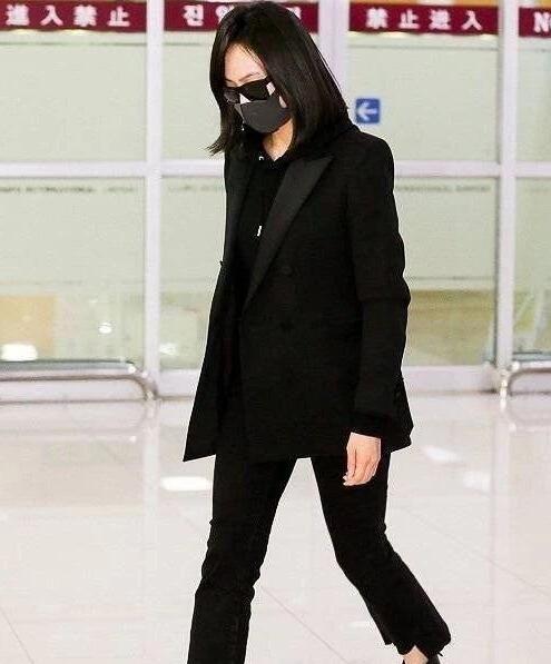 宋茜抵达韩国 低头锁眉心情沉痛