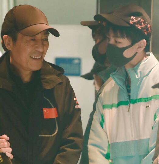 王俊凯偶遇张艺谋 可爱有点小紧张