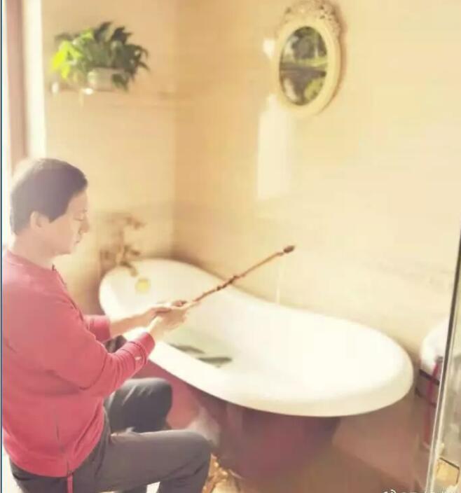 郑爽爸爸用浴缸钓鱼 一家低调捐款60万