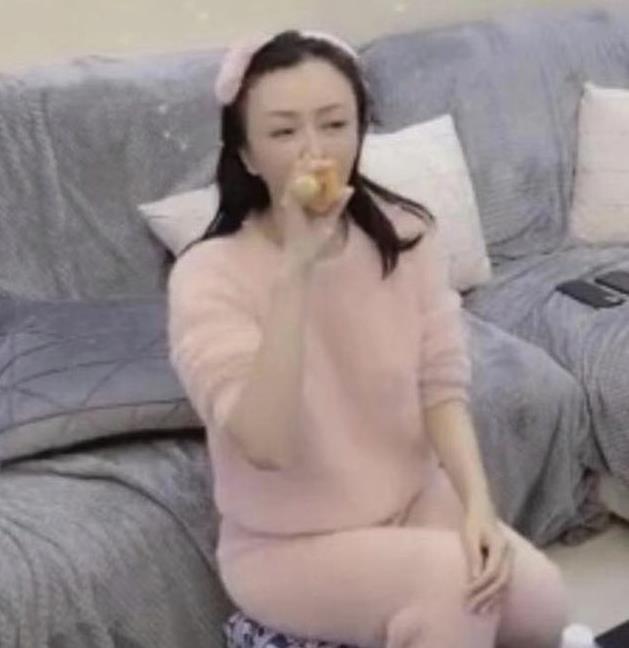 于正深夜秒删视频 秦岚穿着粉色毛绒家居服
