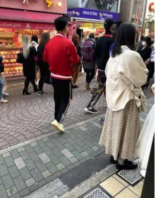 王思聪购物未戴口罩 日本明治神宫闲逛