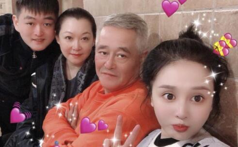 赵本山全家福曝光 54岁的妻子马丽娟罕见出镜