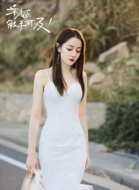 迪丽热巴婚纱造型 迷人的锁骨线条展露无遗