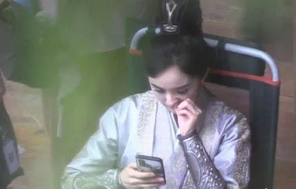 杨幂当众挖鼻孔 玩手机入迷忘记了形象维护