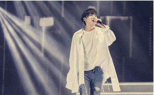 华晨宇与歌迷对唱 歌词就是同歌迷的聊天内容
