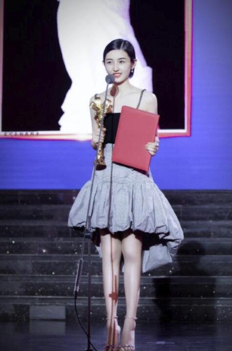 张子枫获奖 《再见,少年》中黎菲一角获最受传媒关注女主角
