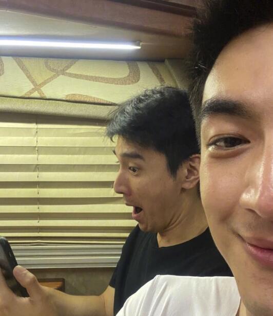 林更新收赵又廷丑照 赵又廷正在用手机视频聊天逗孩子开心