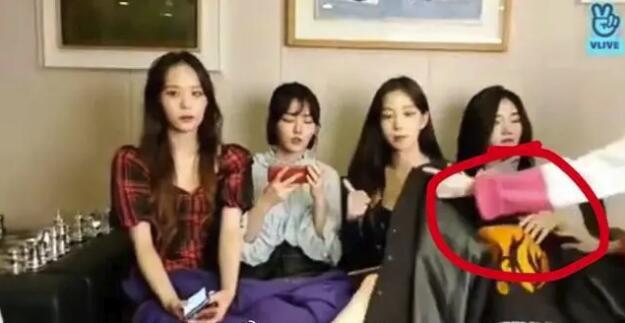 韩女团成员用衣服遮腿被阻止