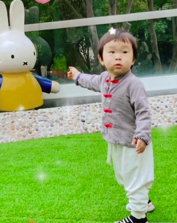 张纪中小儿子近照 已有一岁半到了入学年龄