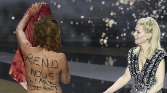 女演员脱光抗议禁令 法国塞萨尔电影奖颁奖典礼上演