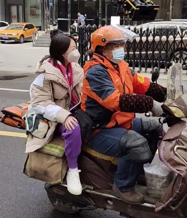 贾玲骑车载周冬雨 十分接地气