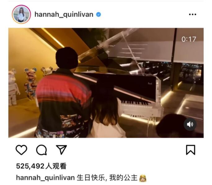 周杰伦和女儿弹钢琴