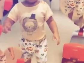张柏芝三胎儿子正脸 浓眉大眼活泼可爱