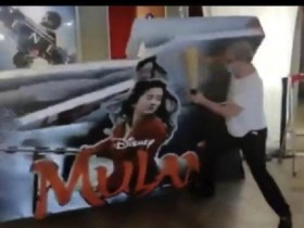 影院老板砸花木兰宣传板 白白浪费几个月宣传