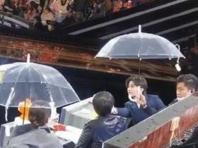 蔡徐坤给张凯丽让伞 这一举动令网友称赞