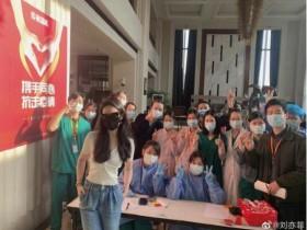 """刘亦菲晒与防疫人员合影 道:""""隔离结束,大家辛苦了。"""""""