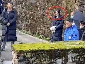 赵丽颖被骂翻白眼 赵丽颖现身乡村拍戏的视频在网上曝光