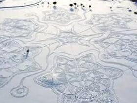 芬兰艺术家用数千脚印踩出雪花图案